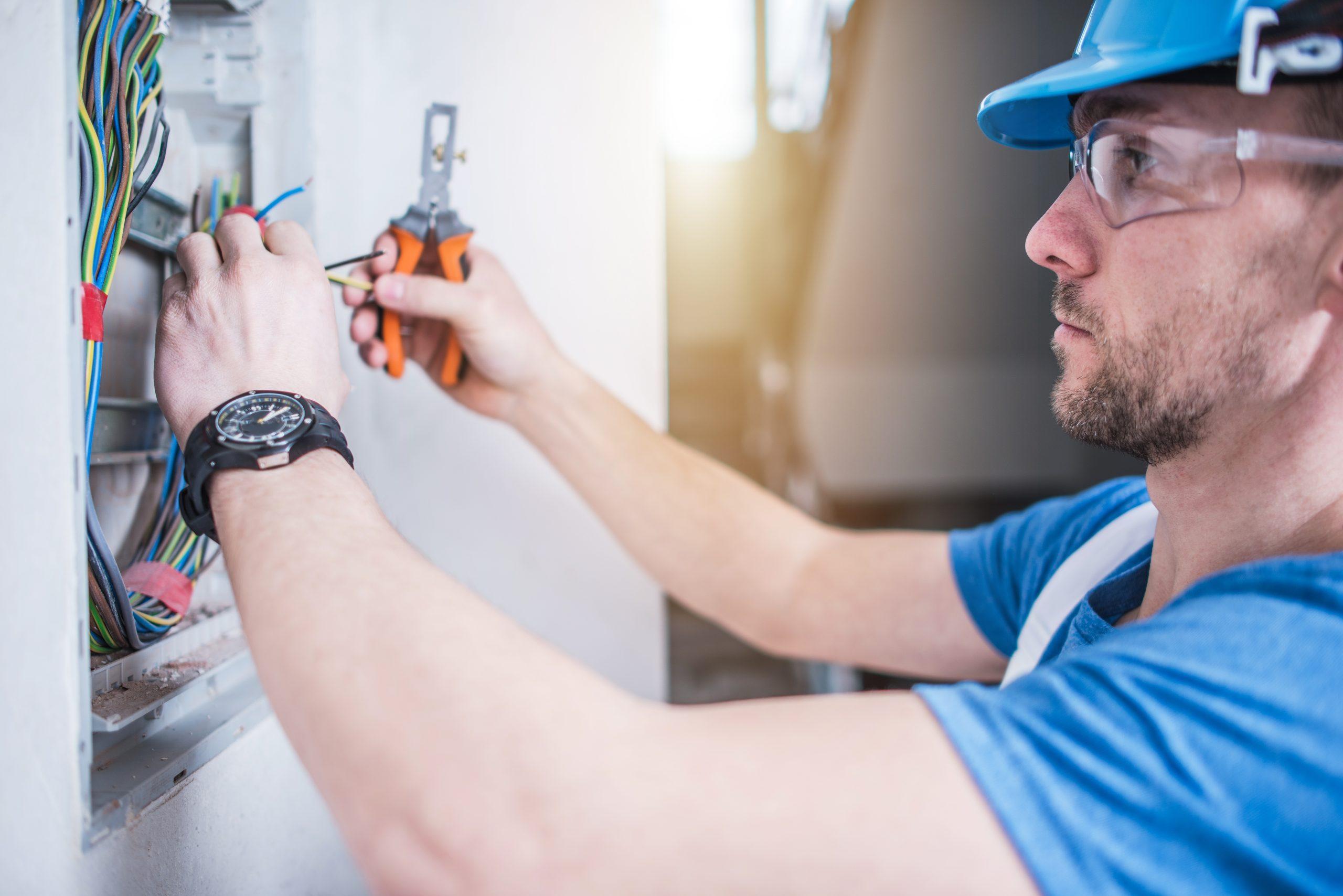 Operario de instaladora eléctrica | Properly Gestión Instaladores